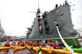 Kayak à coté du célèbre croiseur Aurore - Saint Pétersbourg