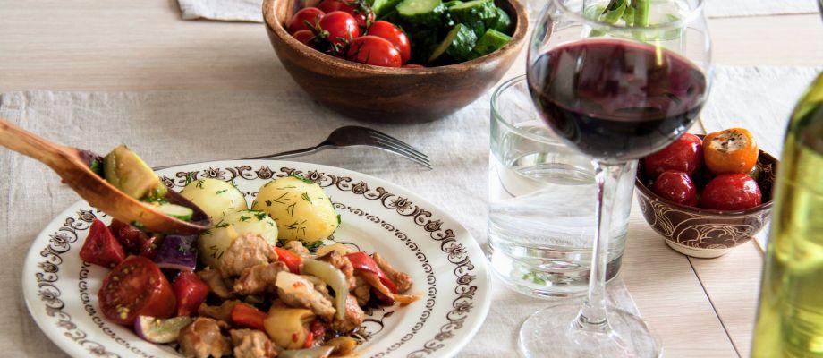 Французский ужин дома у франко-русской семьи
